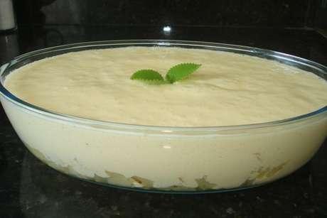 Mousse de abacaxi no refratário de vidro