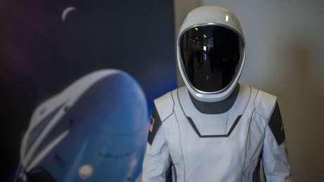 A empresa SpaceX já criou trajes espaciais para sua missão chamada de Crew Dragon, e anunciou que seu primeiro turista no espaço será um milionário japonês