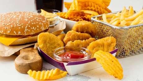 Consumo excessivo de 'junk food' é apontado como uma das razões que explicam a 'carga dupla da má nutrição'