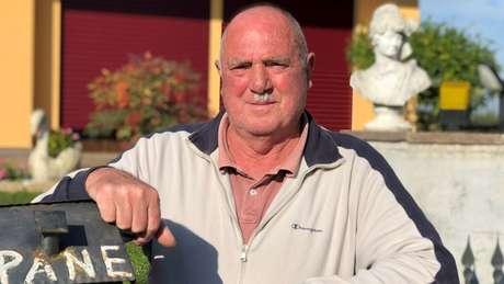 Emilio Bolzonaro vive na rua de origem da família, em Anguillara; ele soube na semana passada que um descendente de sua família pode se tornar presidente no Brasil
