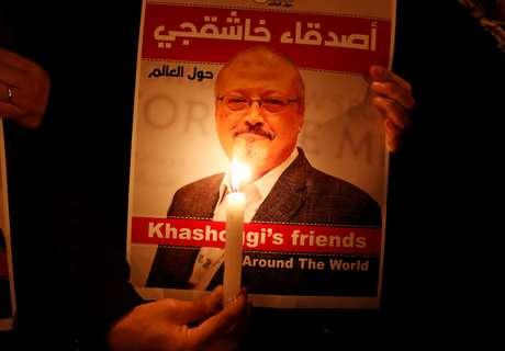 Manifestante segura cartaz com foto de Jamal Khashoggi no consulado saudita em Istanbul  25/10/2018    REUTERS/Osman Orsal