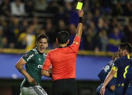 Gustavo Gomez recebe cartão amarelo