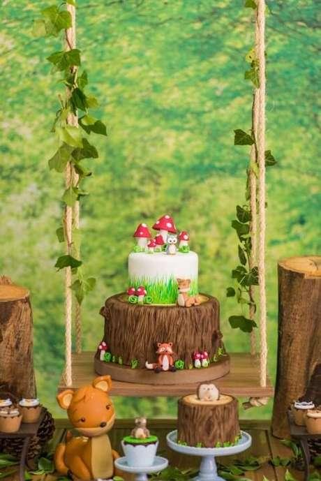 20. Bolo jardim encantado com base imitando madeira e parte de cima imitando grama. Foto de Pinterest