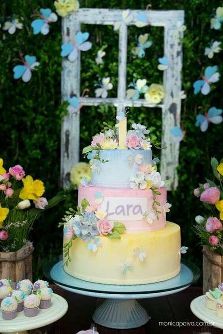 13. Usar decoração com flores realísticas é ótimo para bolos dessa temática. Foto de Monica Paiva