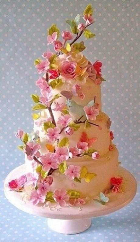 14. Um lindo exemplo de bolo jardim encantado com detalhes de flores e pássaros. Foto de Rouge Framboise