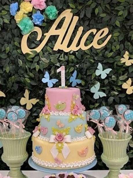 18. Combine as cores do bolo com as cores da decoração da festa. Foto de Pinterest