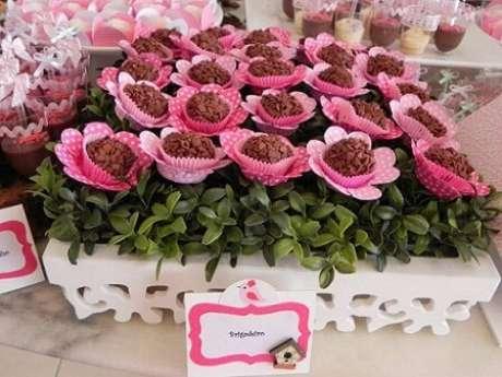 58. Brigadeiros com embalagens de flores em festa jardim encantado. Foto de Webcomunica