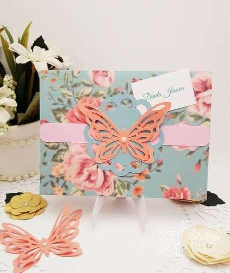 27. Convite jardim encantado com embalagem florida e borboleta, um clássico. Foto de La Pinita