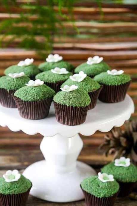 53. Cupcakes imitando musgo na decoração jardim encantado. Foto de Pinterest
