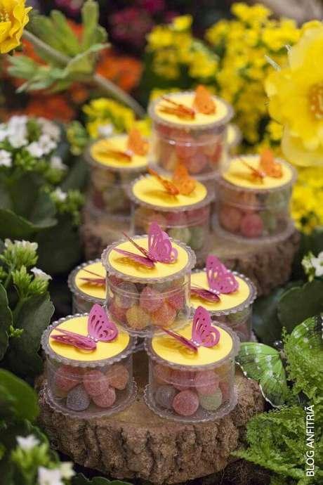34. Decoração de mesa de festa jardim encantado com potinhos de acrílico com jujubas. Foto de Anfitriã
