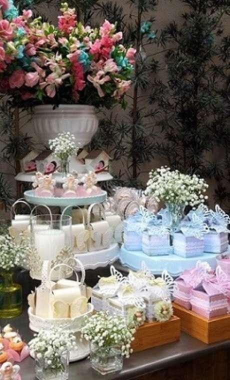 36. Decoração jardim encantado em tons pastel com flores coloridas. Foto de Constance Zahn