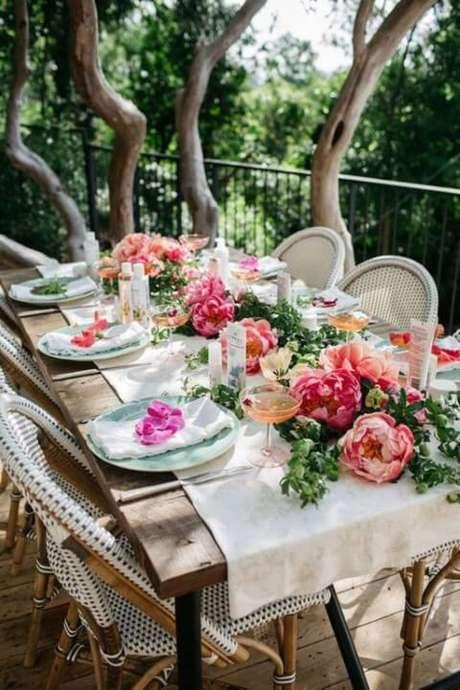 3. Festa jardim encantado ao ar livre com mesa cheia de flores. Foto de Wear4Trend