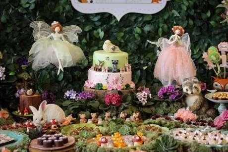 7. As fadinhas também são bem-vindas na decoração jardim encantado. Foto de Encontrando Ideias