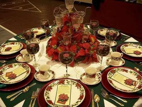 15- O arranjo central e a estampa dos pratos da mesa são da flor estrela de natal. Fonte: Menina de Atitude