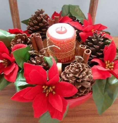 20- Os centros de mesa feitos com canela em pau, pinhas secas, velas e flor de natal são comercializados nas lojas especializadas em decoração natalina. Fonte: Pinterest