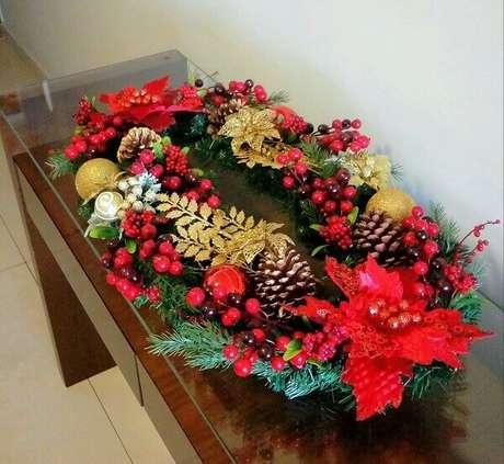 22- Arranjos artificiais como as guirlandas ficam enriquecidas com flor de natal. Fonte: Pinterest