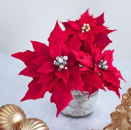 23- A flor de natal em biscuit é ideal para arranjos de varandas. Fonte: Pinterest