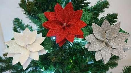 25- Flor de natal em EVA nas cores vermelho, branco e prata com glitter. Fonte: Viviane Merlim