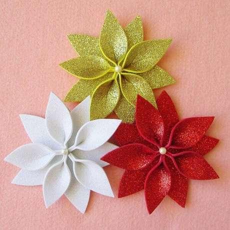 28- A flor de natal em EVA tem pérola no centro da flor como acabamento. Fonte: Pinterest