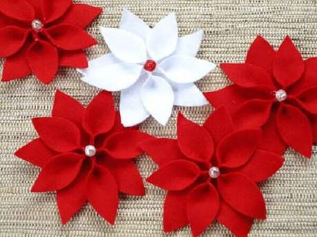 26- Flor de natal feita em feltro é ideal para enfeitar porta guardanapo. Fonte: Vila do Artesão