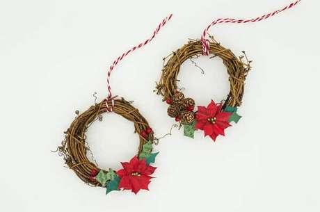 27- As mini guirlandas utilizam a flor de natal para completar a decoração da árvore de natal. Fonte: Mel Poole