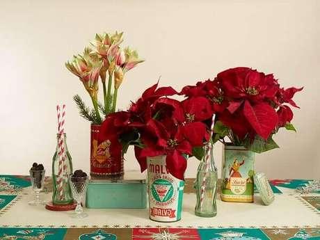 30- A flor de natal enfeita utensílios em estilo vintage. Fonte: Studio Lab Deccor