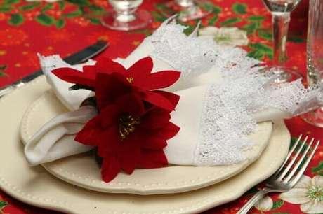 35- O porta guardanapo foi elaborado com flor de natal artificial, Fonte: Para Inspiração