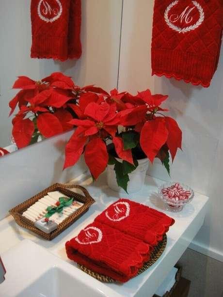 36- O arranjo com flor de natal enfeita o lavabo na festa de fim de ano. Fonte: Blog Denize Lima