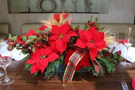 37- No arranjo central da mesa foi utilizado trigo, fitas e flor de natal. Fonte: Lê Diniz