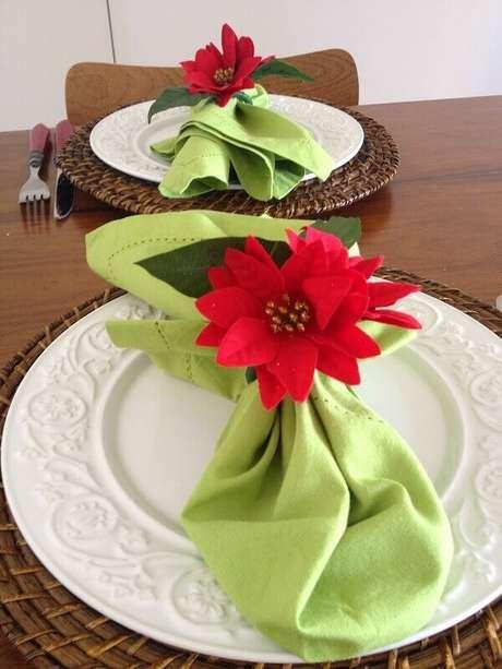 38- Os guardanapos verdes tem arranjo com flor de natal. Fonte: Pinterest