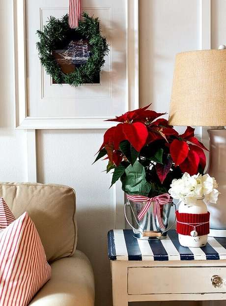 39- No arranjo com flor de natal o balde foi utilizado como cachepot. Fonte: Pinterest