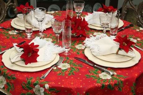 42- Mesa decorada tem flor de natal em destaque. Fonte: Para Inspiração