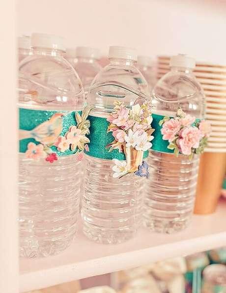 41. Garrafas d'água decorada com flores e passarinhos em decoração de festa jardim encantado. Foto de Encontrando Ideias