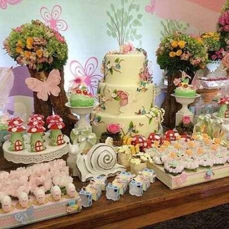 46. Mesa de madeira com docinhos e bolo jardim encantado. Foto de Inspire Sua Festa