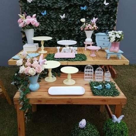 45. Mesas de madeira em festa jardim encantado externa. Foto de Imaginar & Festejar
