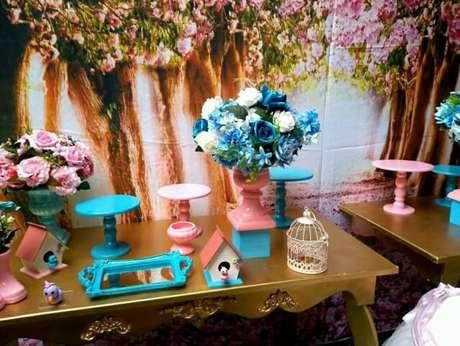 55. Painel com árvores e flores em decoração jardim encantado interna. Foto de Real Dreams