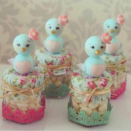 54. Potinhos de vidro com passarinhos de biscuit em decoração jardim encantado. Foto de Pinterest