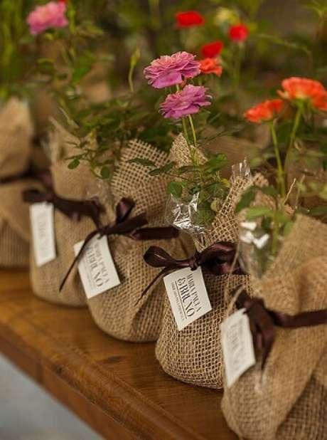 44. Dar flores como lembrancinhas de festa jardim encantado é uma ótima ideia. Foto de Happy Wedding