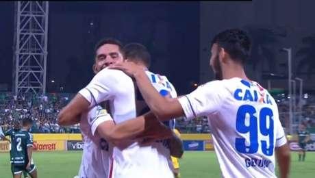 Jogadores do Avaí comemoram gol contra o Goiás