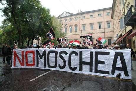 Grupo neofascista Força Nova protesta contra mesquita em Bolonha