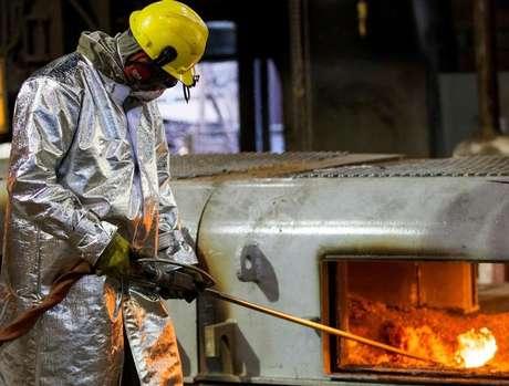 Funcionário trabalha em alto-forno da Usiminas em Ipatinga, Minas Gerais 17/04/2018 REUTERS/Alexandre Mota