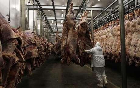 Trabalhador organiza carnes em frigorífico  13/10/2011 REUTERS/Paulo Whitaker