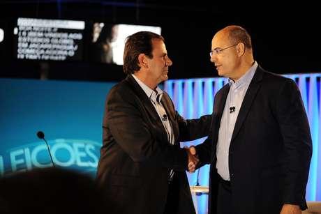 Os candidatos Eduardo Paes (DEM) e Wilson Witzel (PSC) durante o debate ao governo do Rio na Rede Globo, nesta quinta-feira (25)