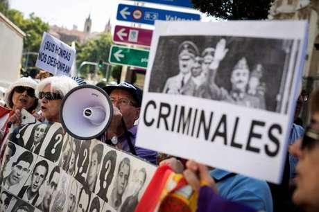Espanhóis protestam contra enterro de Franco em Catedral