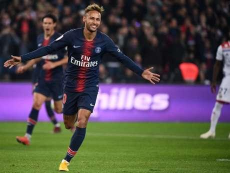 Neymar teria direito a receber R$ 1,59 milhões, por ano, para saudar a torcida antes e depois das partidas e R$ 10,65 milhões para não criticar o técnico da equipe