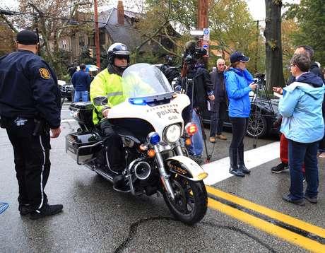 Policial circula na cena do crime em Pittsburgh