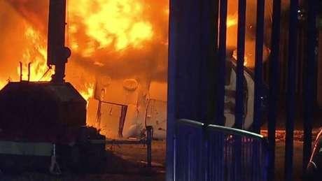Helicóptero em chamas nos arredores do estádio do Leicester (Foto: Reprodução / Twitter)