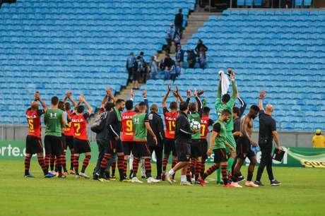 Jogadores do Sport comemoram após o apito final; vitória garantiu mais três pontos importantes para a campanha do time pernambucano no Brasileirão