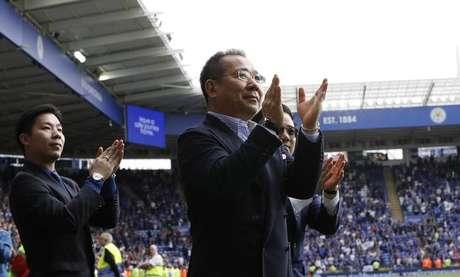 Chair do Leicester City Vichai Srivaddhanaprabha  aplaude fãs depois de jogo no King Power Stadium. 21/5/17.  REUTERS/ Darren Staples
