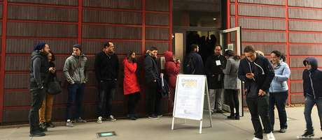 Fila de eleitores para votar em Colônia, cidade com a maior comunidade brasileira residente na Alemanha